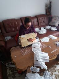 Graduate from Zene za Zene sewing masks to support COVID-19 efforts